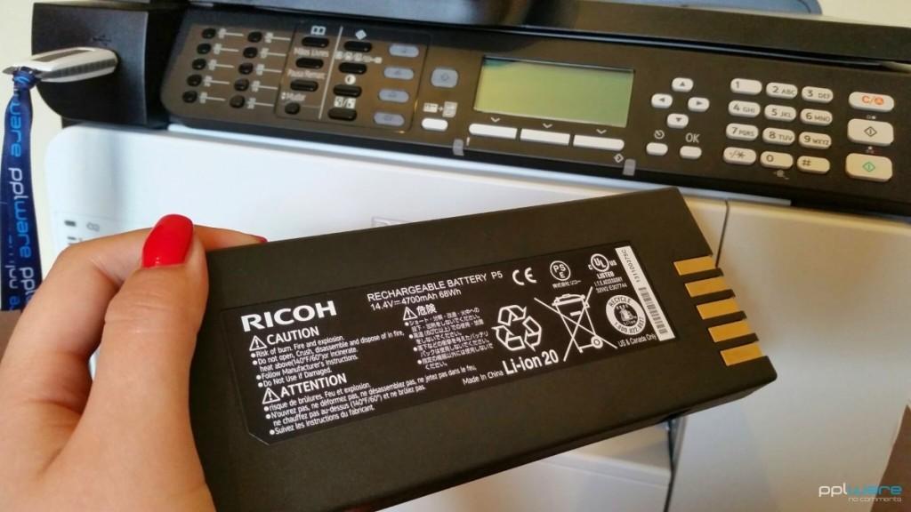 A multifunções profissional Ricoh com bateria interna