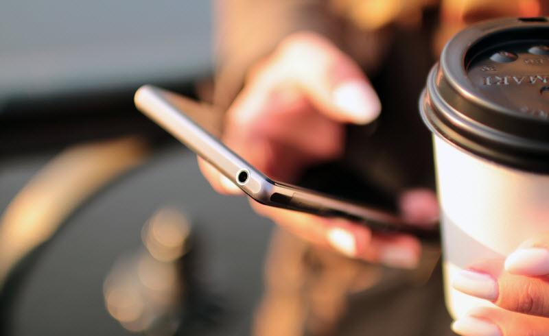 Funcionários verificam o smartphone mais de 150 vezes por dia