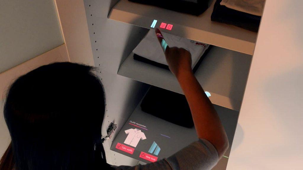 Internet de todas as coisas e casas inteligentes mais perto com touchscreen virtual Bosch