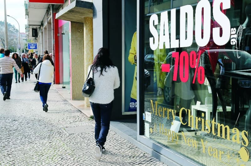28% dos portugueses vão aproveitar os saldos para fazer compras.  Gasto médio de 179€